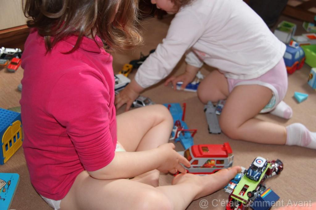 Jouer avec les voitures de papa quand il était petit