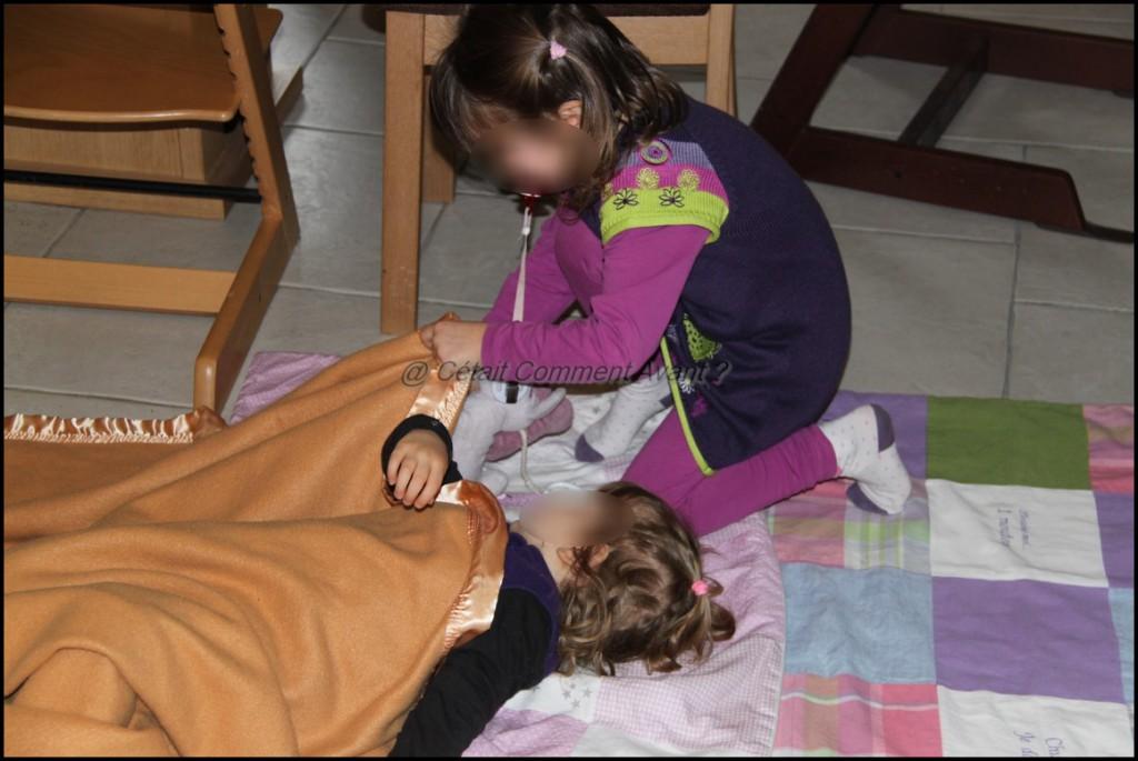 Border sa petite soeur sur des couvertures au milieu du salon <3