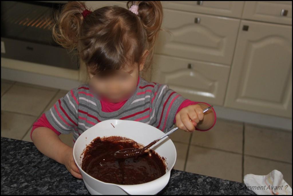 Cuisiner un gâteau avec maman