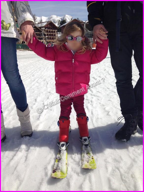 S'essayer sur les skis de sa soeur