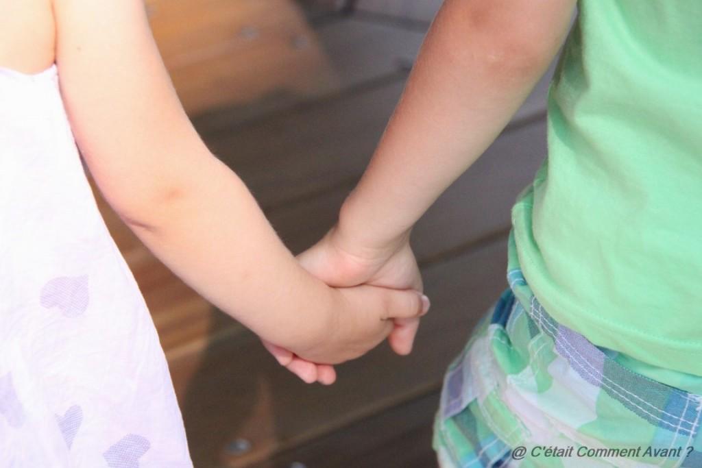 Donner la main à son cousin