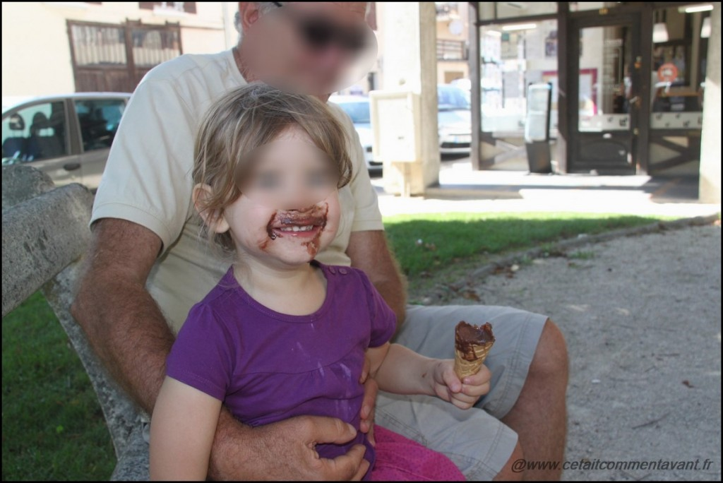 Adorer la glace au chocolat (que moi je déteste...et dont papy a un peu peur :) mamy s'étant déjà éloigné avec son short blanc!)
