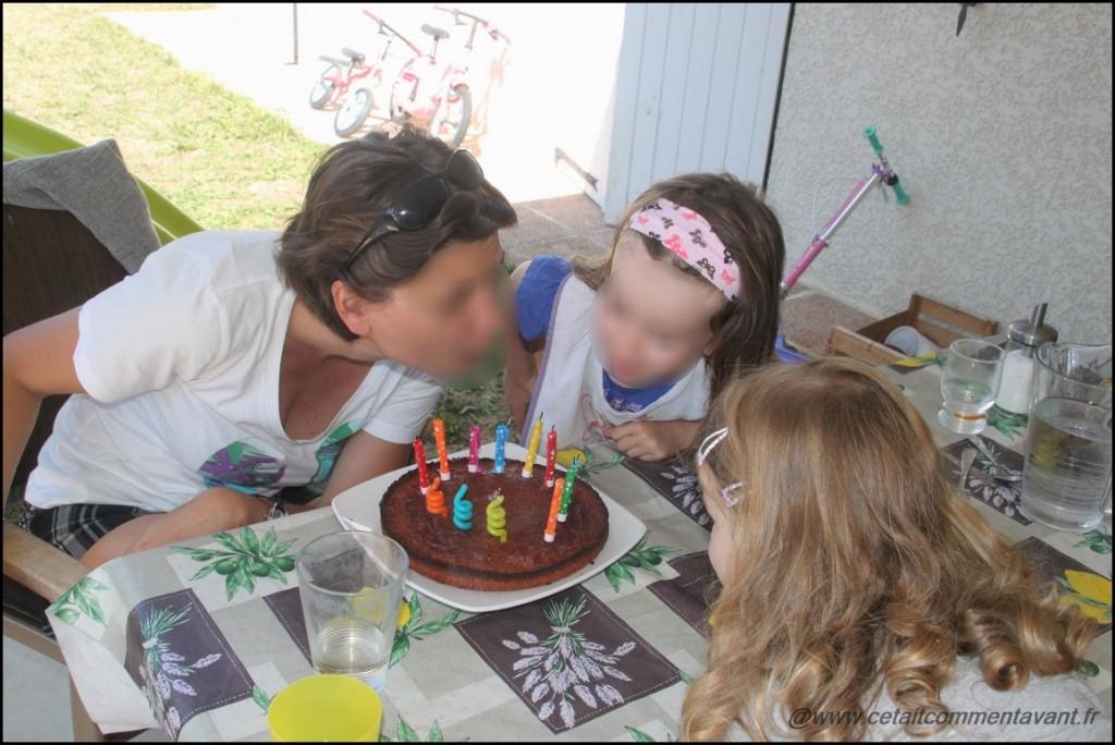 Souffler les bougies avec tata pour son anniversaire (pendant que maman est au travail :( )
