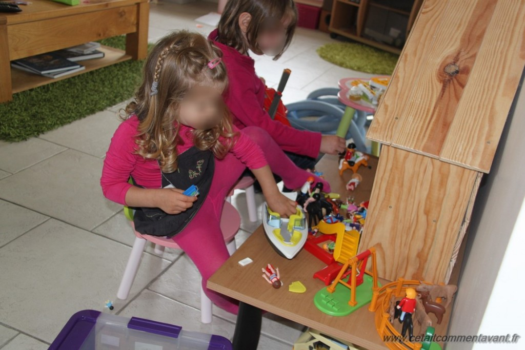 Jouer aux playmobils de maman