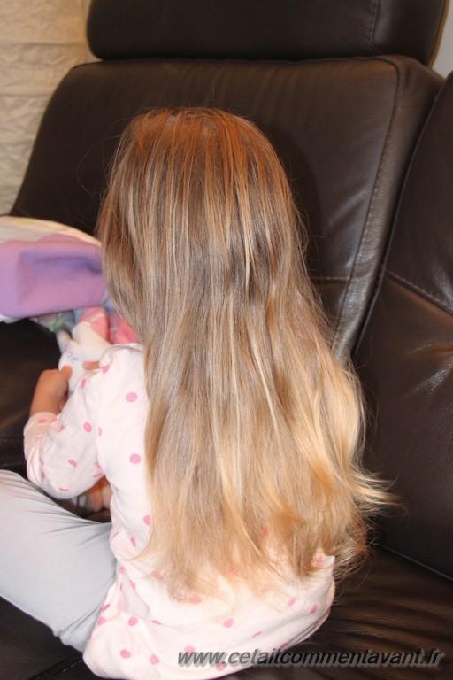 Accepter que maman lui lisse les cheveux pour voir !