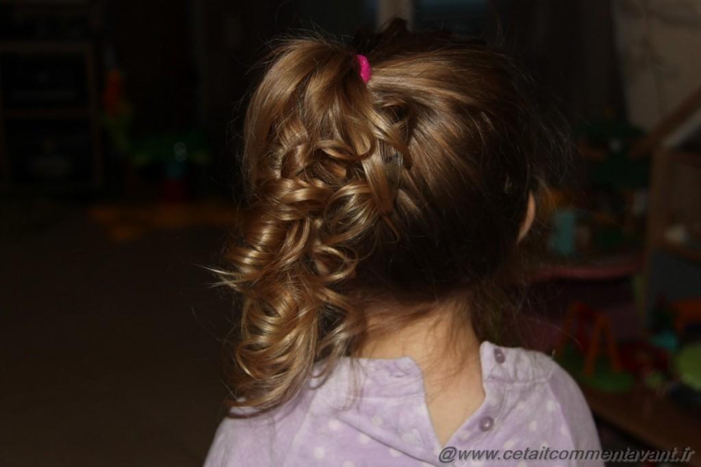 """Des queue de cheval haute, sur le coté (et j'appelle ma fille """"Sammmannthaaa"""" quand elle est coiffée ainsi !)"""