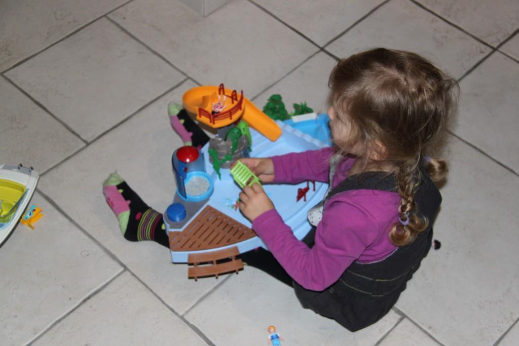 Jouer avec les playmobils