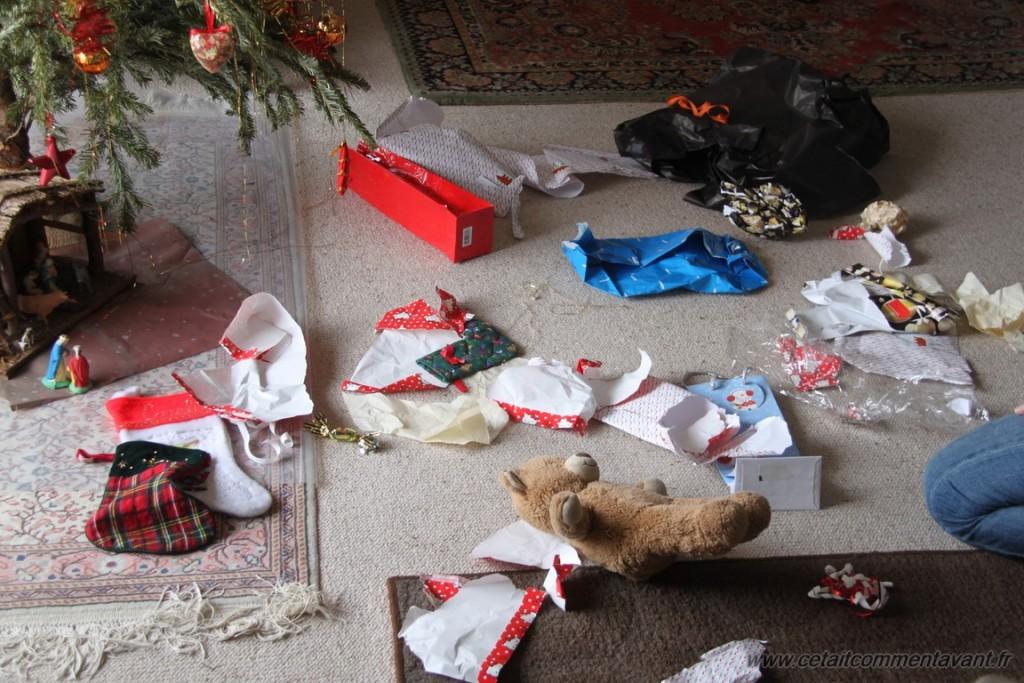 et un nounours au milieu de vestiges d'emballages cadeaux !