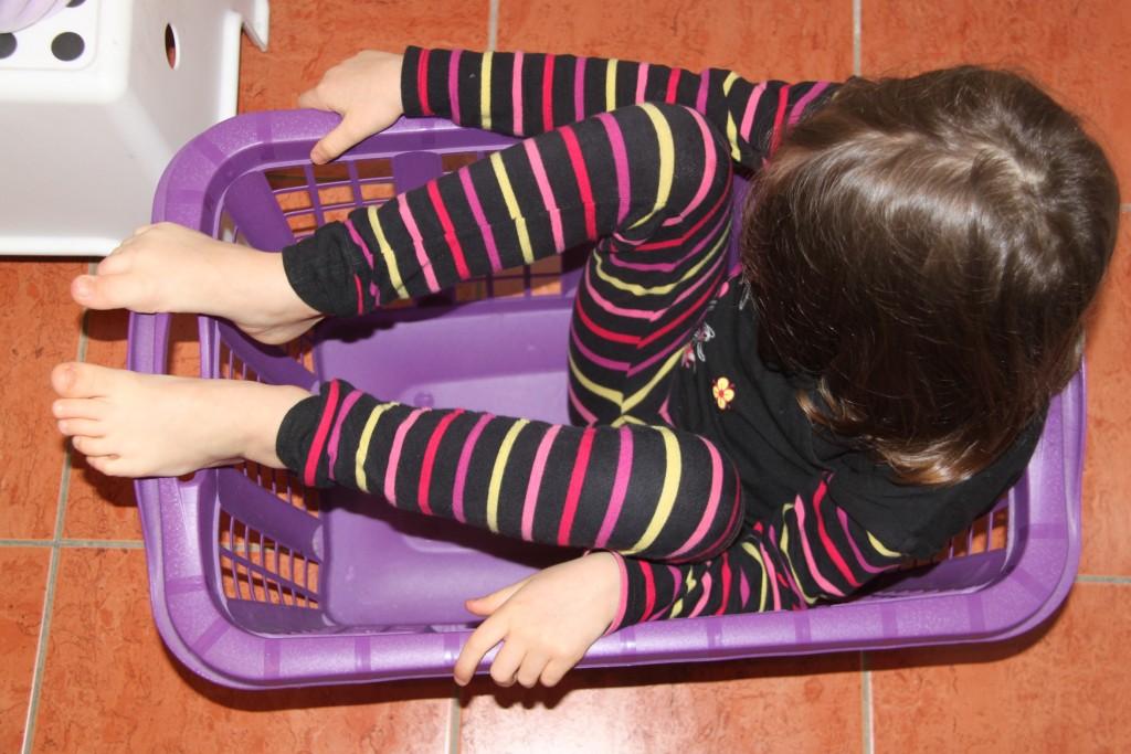 A 4 ans et demi on joue encore avec la panière de linge (poke <a href=