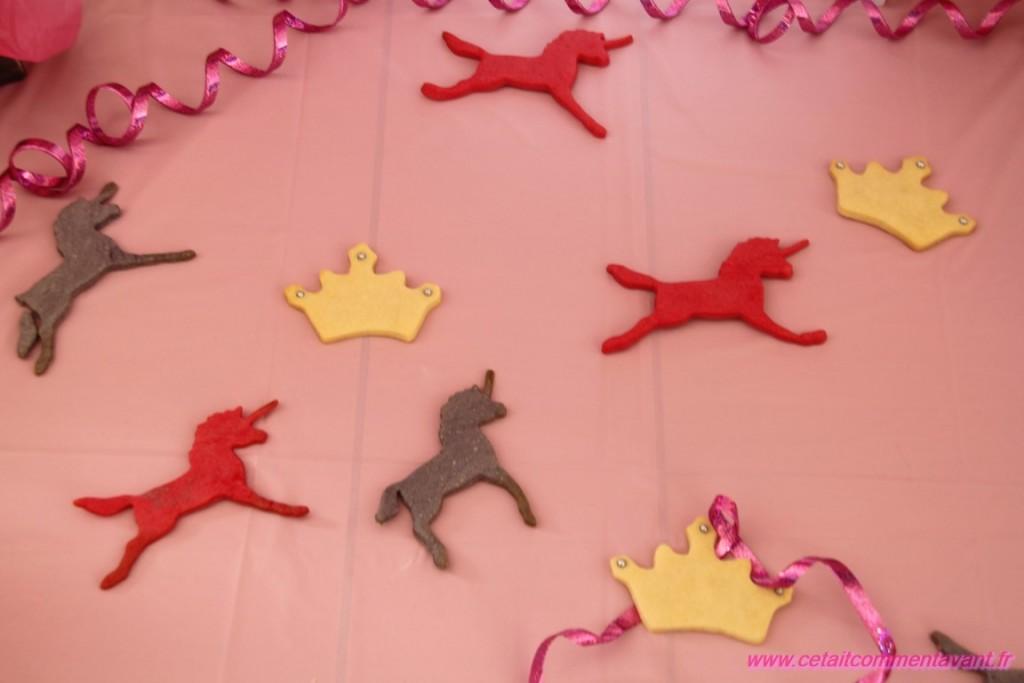 Licornes et couronnes en petits sablés colorés